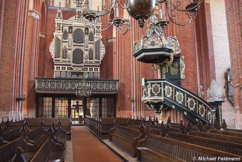 orgel und kanzel im kirchenschiff der nikolaikirche zu wismar. Black Bedroom Furniture Sets. Home Design Ideas